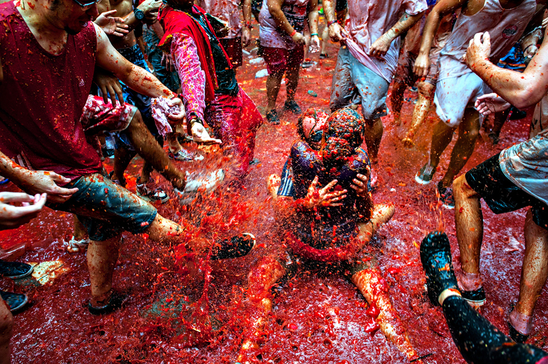 The World's Biggest Tomato Fight At Tomatina Festival 2013...BUNOL, SPAIN - AUGUST 28: Two Revellers kiss each other covered in tomato pulp while participating the annual Tomatina festival on August 28, 2013 in Bunol, Spain. An estimated 20,000 people threw 130 tons of ripe tomatoes in the world's biggest tomato fight held annually in this Spanish Mediterranean town. (Photo by David Ramos/Getty Images)