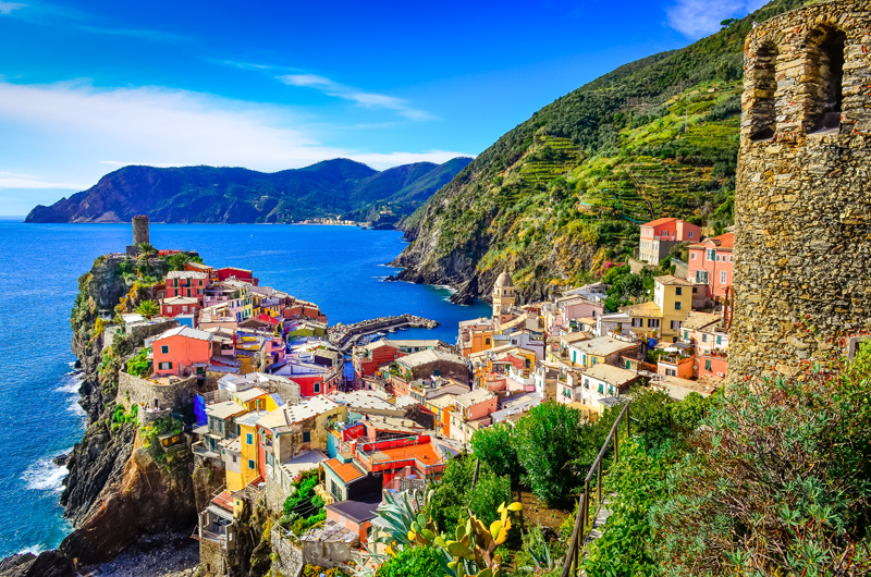 Scenic-view-of-colorful-village-Vernazza-in-Cinque-Terre