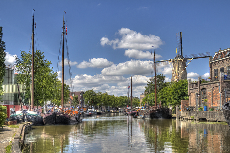 Canal in Gouda, Holland res