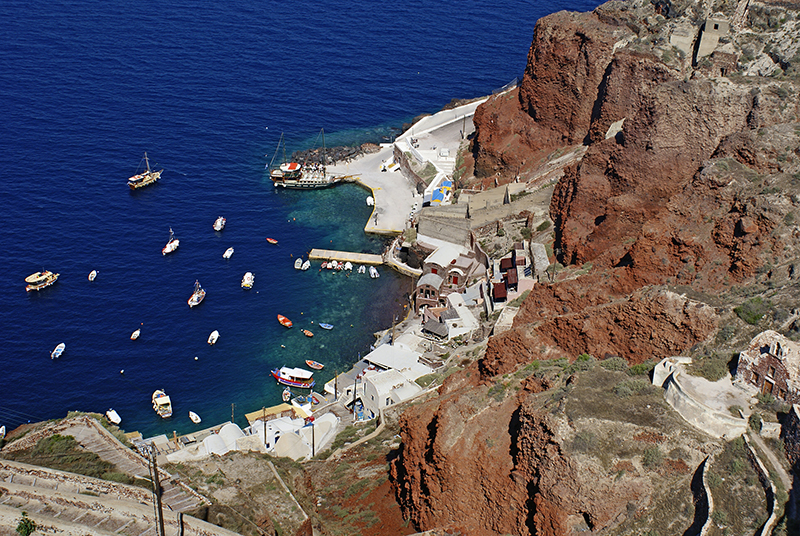 Old port of Oia village at Santorini island in aegean sea, Greec res